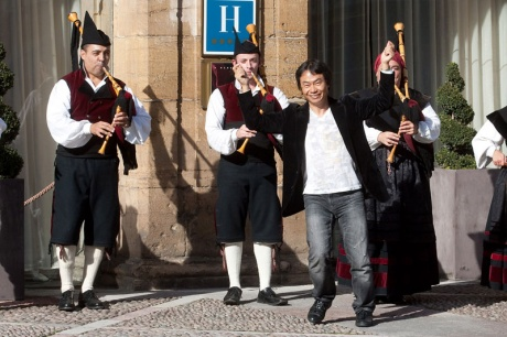 "Miyamoto llega ""bailando"" a Oviedo"