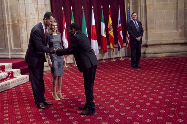 Don Felipe, acompañado de doña Letizia, ha entregado hoy a los distinguidos en las ocho categorías de los Premios Príncipe de Asturias 2011 las insignias acreditativas de estos galardones en una breve ceremonia celebrada en el hotel de la Reconquista de Oviedo, tras la llegada de la reina a la ciudad.