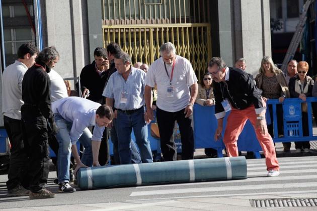 Los asturianos apostados frente al Campoamor se volcaron con los premiados y las diferentes personalidades que acudieron a la ceremonia de entrega.