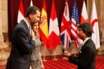 Los galardonados reciben las insignias de manos del Pr�ncipe de Asturias